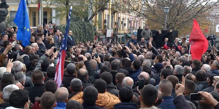 Protesta e parë e opozitës pritet… një javë përpara 21 janarit