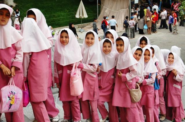 Irani ndalon mësimin në gjuhën angleze