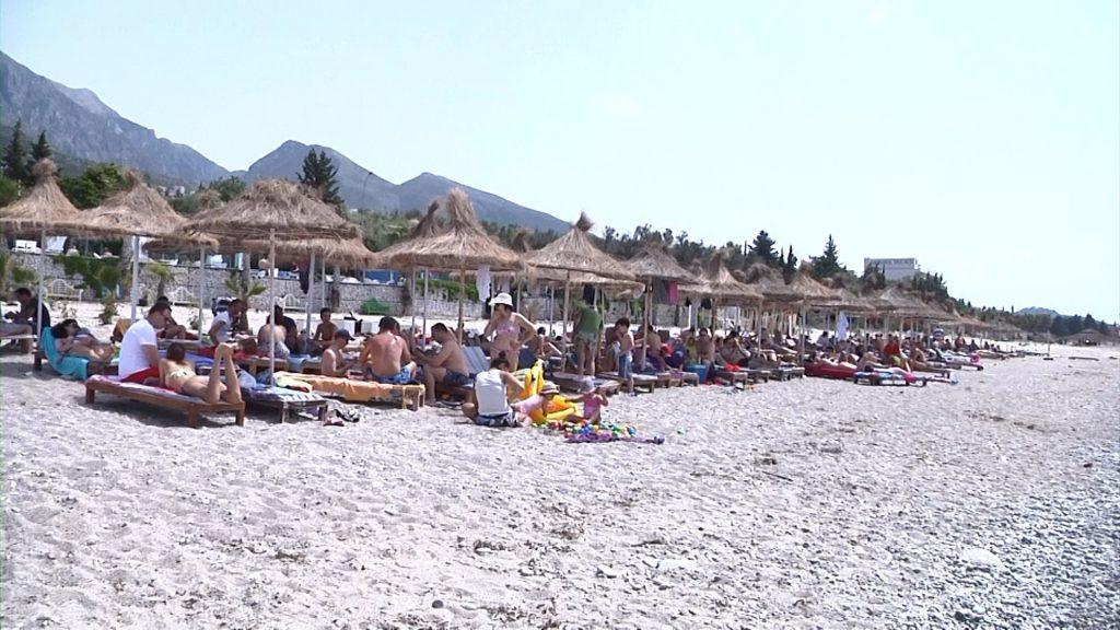 """Nis sezoni turistik në Shqipëri ,qindra vizitorë """"pushtojnë"""" Jugun"""