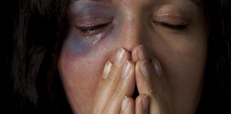 Raporti i OSBE: 40% e kosovarëve shprehen se gratë e meritojnë dhunën