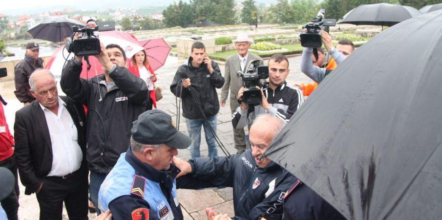Militantët e PD-së rrahin veteranët e luftës tek Varrezat e Dëshmorëve