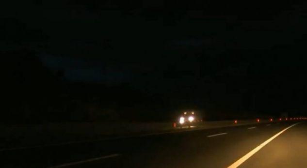 """Hajdutët vjedhin kabllot, autostrada """"Ibrahim Rugova"""" një vit e gjysmë pa ndriçim"""