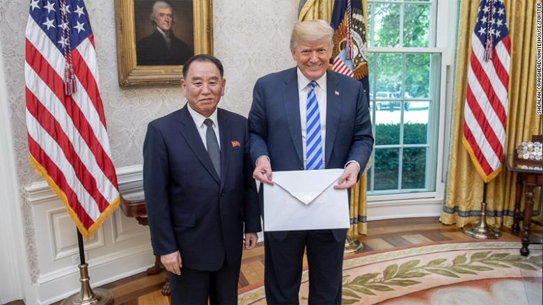 Kim Jongu i dërgoi një letër gjigande Trumpit- spekulime për shkakun e madhësisë