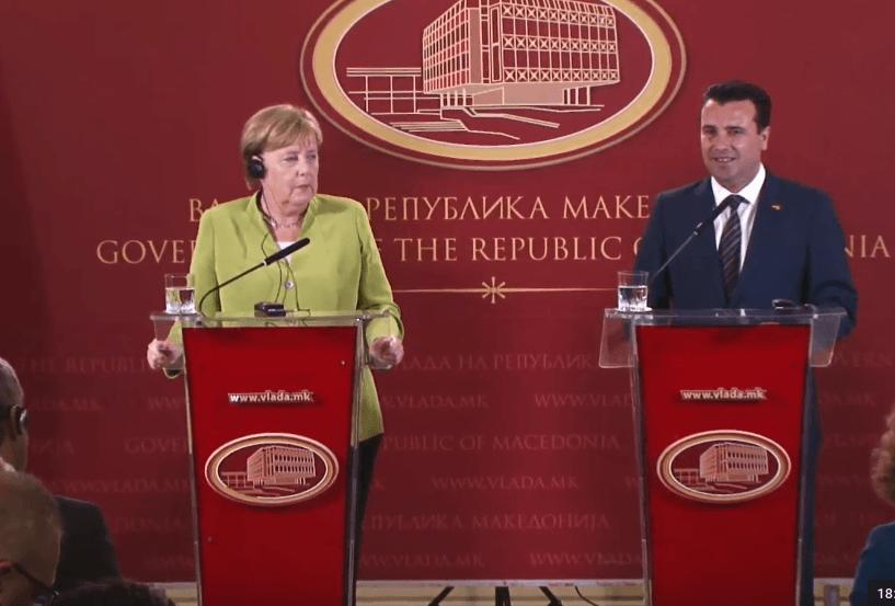 Merkel në Shkup: Përkrah Referendumin, mundësi për në NATO dhe BE
