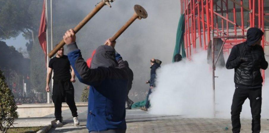 Protesta, Policia: Synohet hyrja me forcë në sallën e Parlamentit