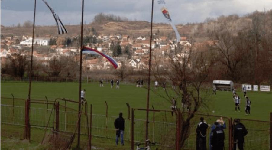 Fusha e futbollit që shtrihet në dy shtete