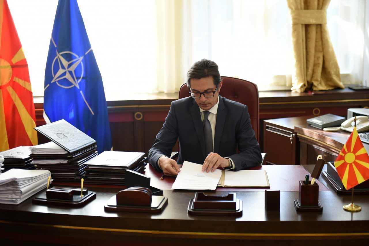 Pendarovski dekreton ligjet e refuzuara nga Ivanov