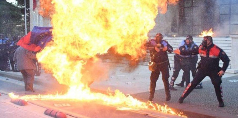 Bomba molotov drejt godinave, plagosen policë dhe protestues