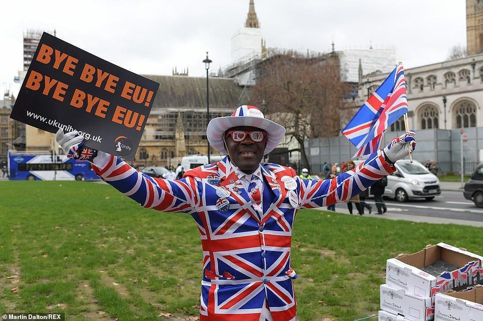 """Britanikët shkëputen nga BE, festa e """"çmendur"""" në rrugët e vendit"""