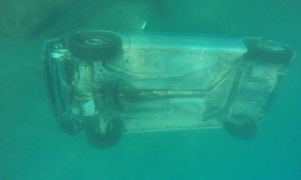 Si mund ta shpëtoni veten nga një makinë që zhytet në ujë