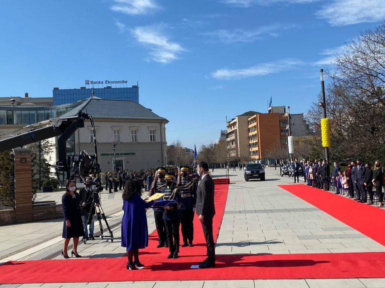 Vjosa Osmani merr zyrtarisht detyrën si Presidente e Kosovës, përshëndetet me nderime nga Garda e FSK-së